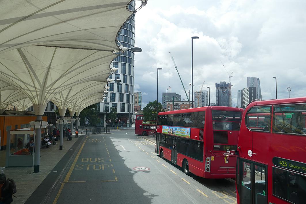 Stratford Station. Wir fahren weiter in den Nordosten der Stadt. Ein letzter Gartenbesuch bevor wir London verlassen. Dunkle Wolken. Erste Regentropfen.